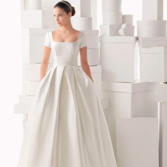 novia con vestido con escote cuadrado de Rosa Clará