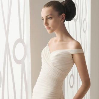 novia con vestido de hombros caídos de Innovias