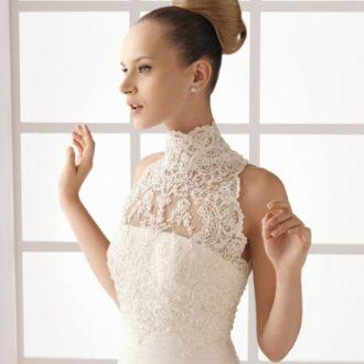 novia con vestido con escote ilusión de Pronovias