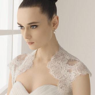 novia con vestido con escote Reina Ana