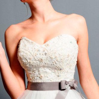 novia con vestido de escote corazón con lazo