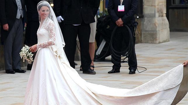 kate middleton vestido de novia con cola y ramo