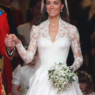 kate middleton vestido de novia con ramo y agarrada de la mano
