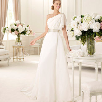 novia con vestido con escote asimétrico de Manuel Mota
