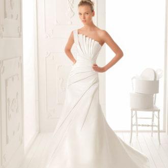 novia con vestido con escote asimétrico de Aire Barcelona