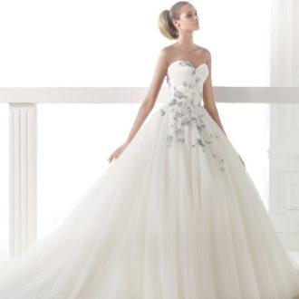 novia con vestido de escote corazón de Pronovias