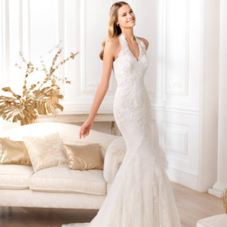 novia con vestido de escote halter de Pronovias