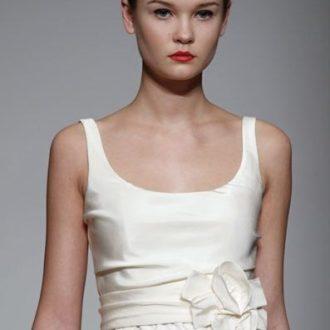 novia con vestido de escote redondo con lazo