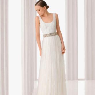 novia con vestido de escote redondo con cinturón