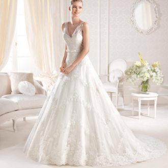 novia con vestido con escote en V de La Sposa