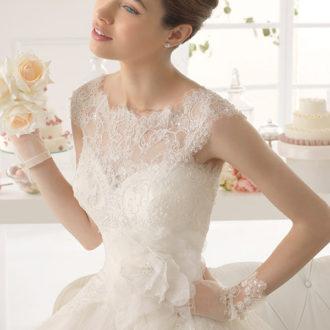 novia con vestido de encaje y pelo recogido