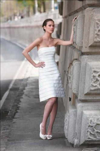 novia con vestido corto Noce de Cire de Pronuptia