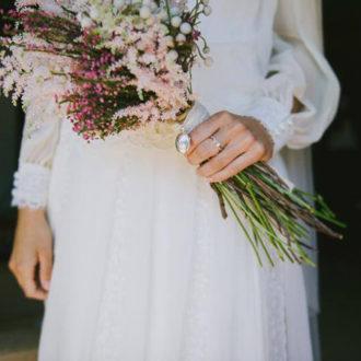 novia con ramo silvestre