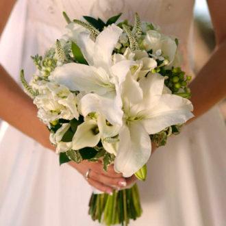novia con ramo de lirios blancos