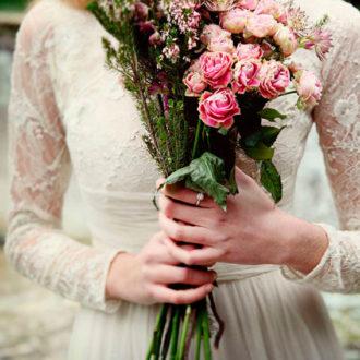 novia con ramo de rosas bicolor