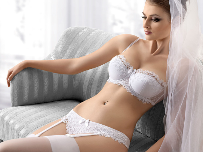 novia con conjunto de lencería en color blanco