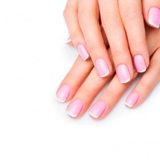 novia con manicura francesa rosa