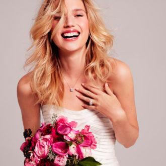 novia con manicura nude y ramo de flores