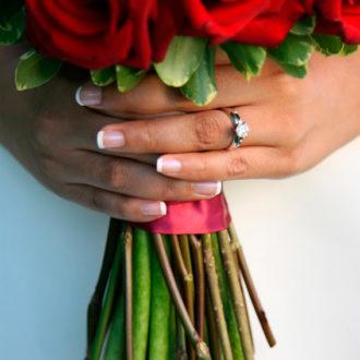 novia con manicura francesa, alianza y ramo