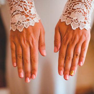 novia con manicura original