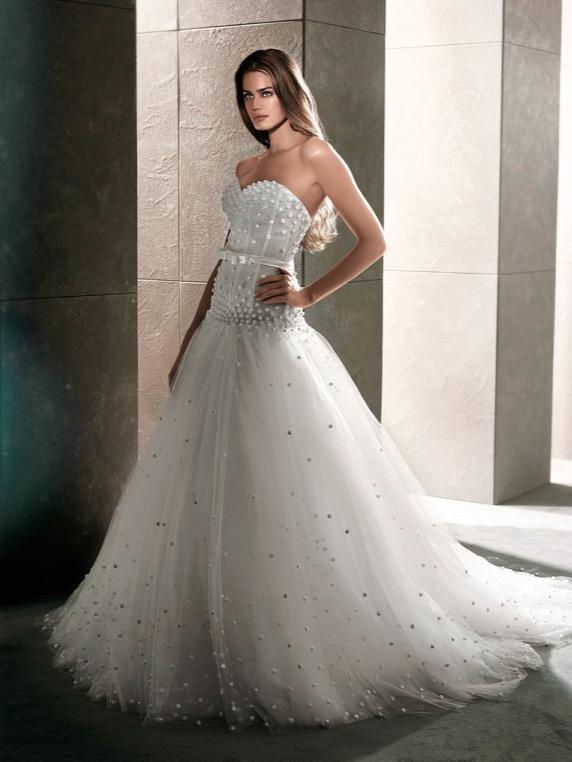 novia alta con vestido de corte princesa
