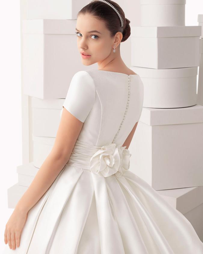 novia de espalda ancha con vestido con mangas