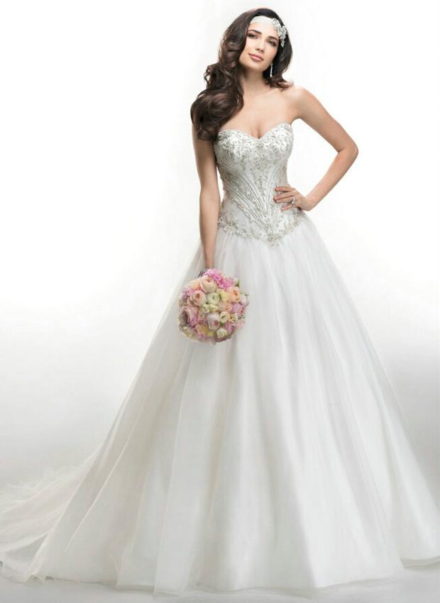 novia con espalda estrecha y brazos finos con vestido estilo corsé