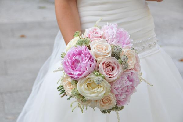 novia con ramo de rosas y peonias