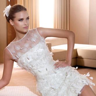 novia con vestido corto con plumas de Pronovias