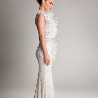 novia con vestido ajustado con plumas