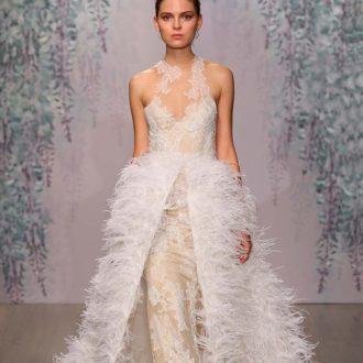 novia con vestido con plumas de Monique Lhuillier
