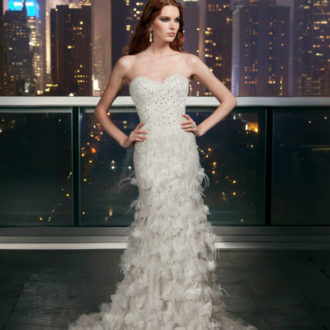 novia con vestido de plumas de Justin Alexander