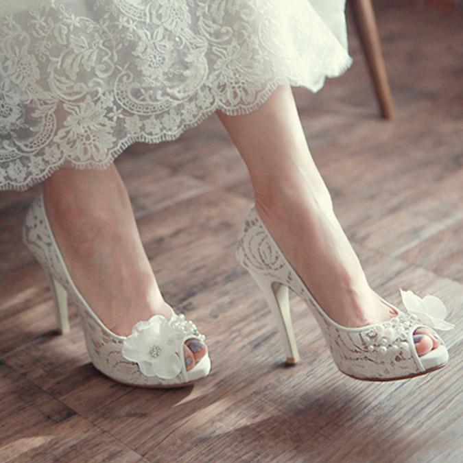 novia con zapatos de encaje