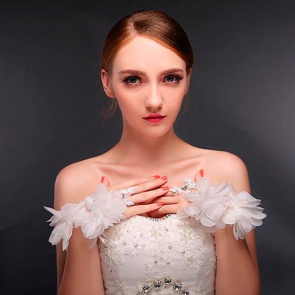 novia con guantes de aire chic