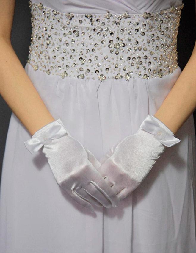 novia con guantes discretos