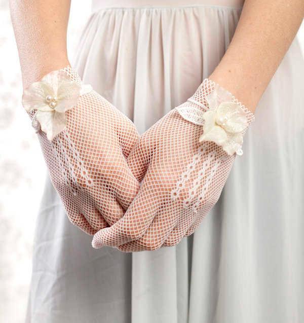 novia con guantes de aire retro