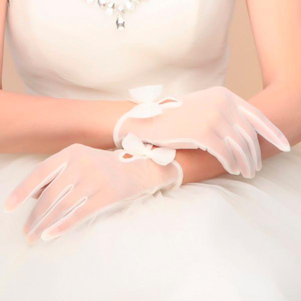 novia con guantes transparentes