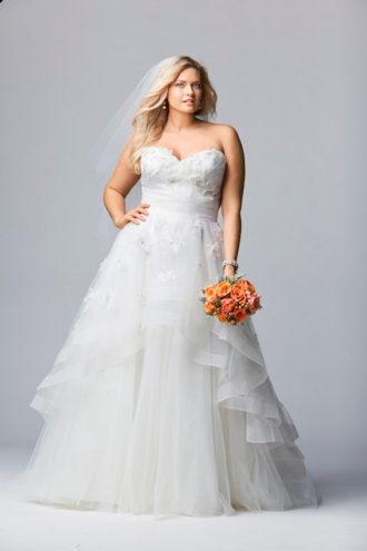 novia rellenita con vestido strapless de Watters