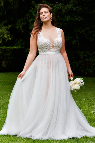 novia rellenita con vestido de escote en V de Wtoo Brides