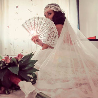 novia luciendo abanico abierto
