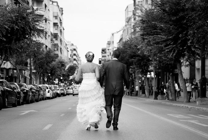 pareja caminando por la carretera