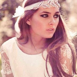 novia con look bohemio y cinta en la cabeza