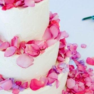 tarta de boda con pétalos rosas
