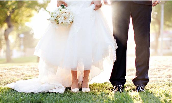 foto a las piernas y pies de una pareja recién casada