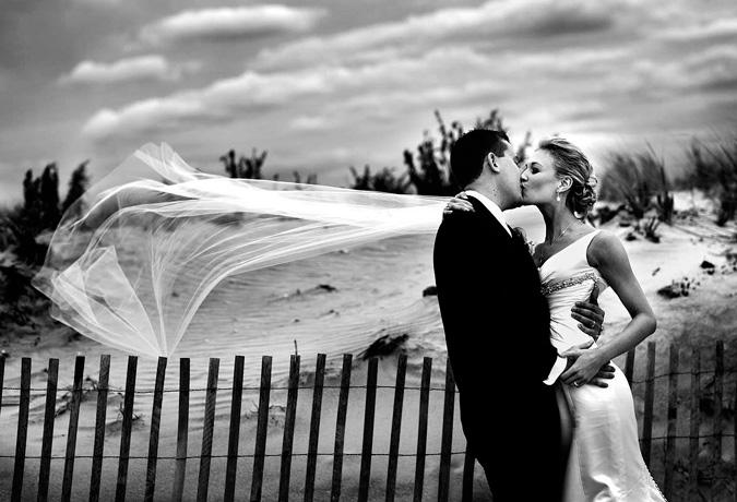 novios besándose en sesión fotográfica