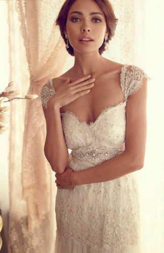 novia con vestido de gran escote de Anna Campbell