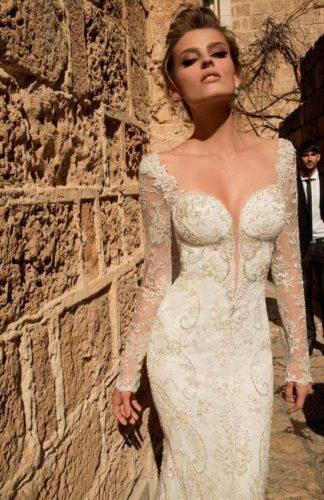 novia con vestido de gran escote de Galia Lahav
