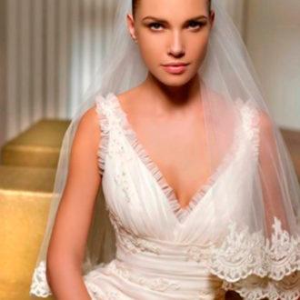 novia con vestido de gran escote en forma de V