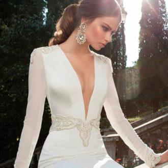 novia con vestido de gran escote de Berta Bridal