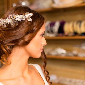 novia con recogido bajo y corona